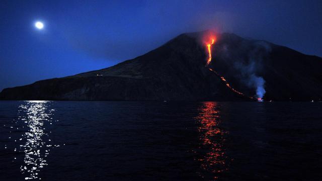 Coulée de lune sur la mer et coulée de lave sur le Stromboli, dans les îles Eoliennes en italie, le 9 aout 2014 [Giovanni Isolino / AFP]