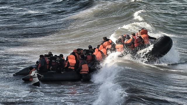 Des migrants à leur arrivée à bord d'un canot pneumatique, le 31 octobre 2015 sur l'île de Lesbos en Grèce [ARIS MESSINIS / AFP]