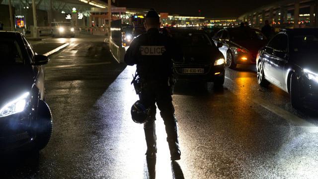 Des chauffeurs VTC en grève rassemblés le 18 décembre 2015  aux abords de l'aéroport  aéroport Charles de Gaulle à  Roissy  [KENZO TRIBOUILLARD / AFP]