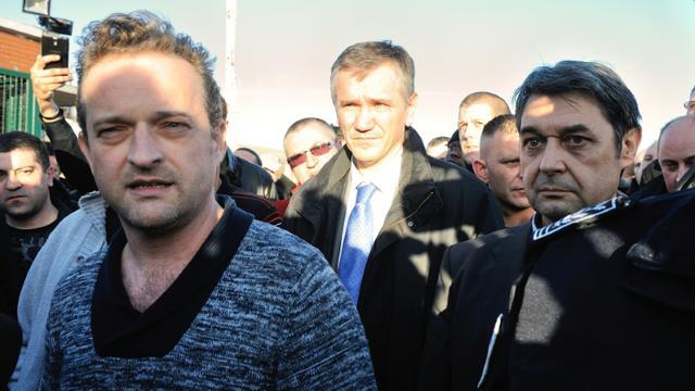 Le syndicaliste CGT Mickaël Wamen (g) à côté de Bernard Glesser, DRH de l'usine Goodyear qui vient d'être séquestré, le 7 janvier 2014 à Amiens [DENIS CHARLET / AFP/Archives]