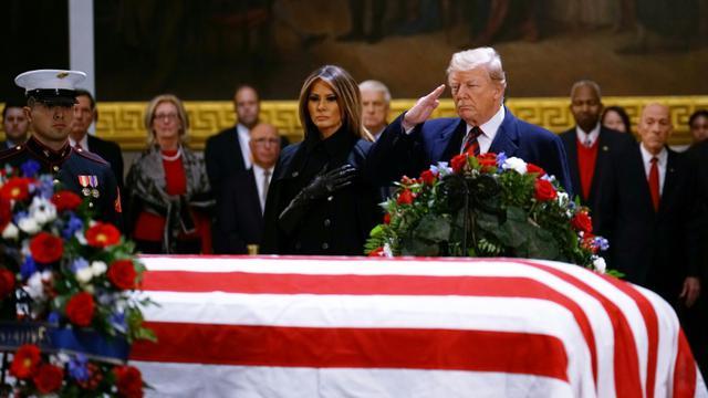 L'actuel président des Etats-Unis Donald Trump et sa femme Melania devant le cercueil du 41e président des Etats-Unis George H. W. Bush, sous la coupole du Capitole à Washington, le 3 décembre 2018 [MANDEL NGAN / AFP]