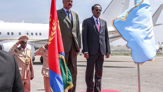 Le président érythréen Issaias Afeworki et son homologue somalien Mohamed Abdullahi Mohamed, le 13 décembre 2018 à Mogadiscio [Mohamed ABDIWAHAB / AFP]