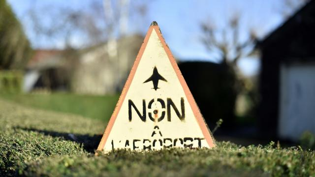 """Une pancarte factice """"non à l'aéroport"""" est posée sur le site du projet d'aéroport à Notre-Dame-des Landes, le 7 janvier 2016 [LOIC VENANCE / AFP]"""