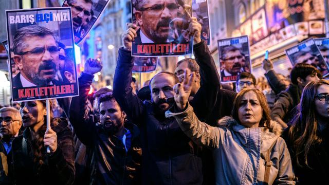 Des manifestants à Istanbul tiennent un portrait de l'avocat kurde Tahir Elci, tué le 28 novembre 2015 à Diyarbakir  [OZAN KOSE / AFP]