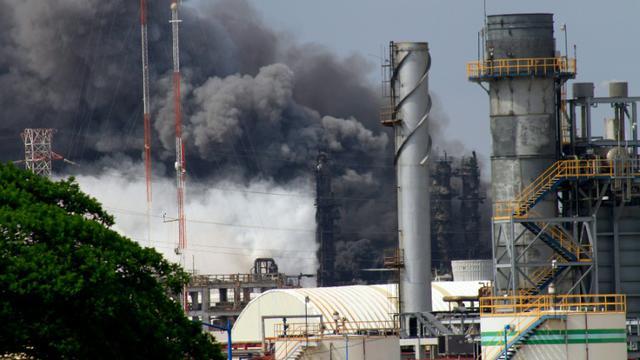 De la fumée s'échappe du complexe pétrochimique Petroquimica Mexicana de Vinilo après une explosion le 20 avril 2016 à Coatzacoalcos [SERGIO BALANDRANO / AFP]