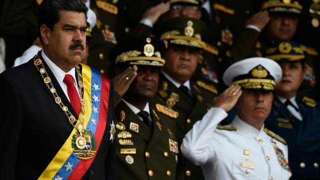 Le président vénézuélien Nicolas Maduro (G) le 4 août 2018 à Caracas lors d'une cérémonie militaire au cours de laquelle il est sorti indemne d'un attentat aux drones [Juan BARRETO / AFP]