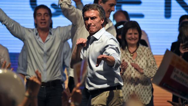 Le candidat conservateur Mauricio Macri danse le 25 octobre 2015 au siège de son parti à Buenos Aires, au soir du 1er tour des élections présidentielles [EITAN ABRAMOVICH / AFP]