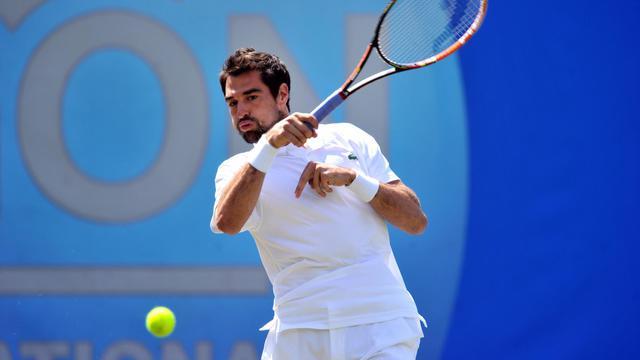 Jérémy Chardy retourne la balle contre l'Espagnol Feliciano Lopez en demi-finale du tournoi ATP d'Eastbourne, le 20 juin 2014 en Angleterre. [Glyn Kirk / AFP/Archives]