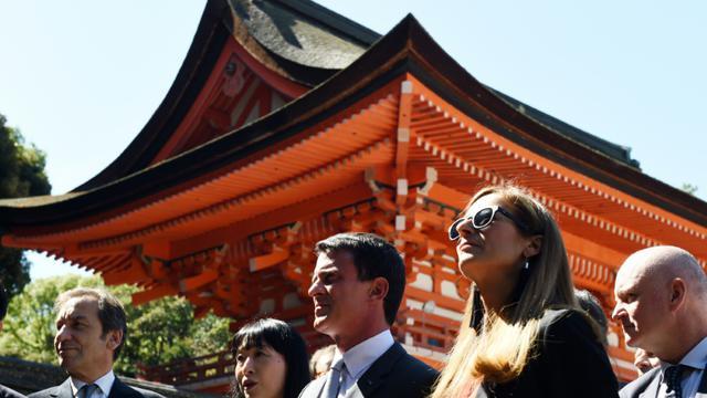Le Premier ministre français Manuel Valls (c) et son épouse Anne Gravoin (2e à d) visitent le sanctuaire Shimogamo à Kyoto le 3 octobre 2015 [TOSHIFUMI KITAMURA / AFP]