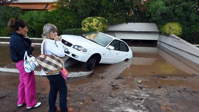 Une voiture endommagée par les inondations qui ont frappé Mandelieu-la-Napoule, dans les Alpes-Maritimes, le 4 octobre 2015 [BORIS HORVAT / AFP]