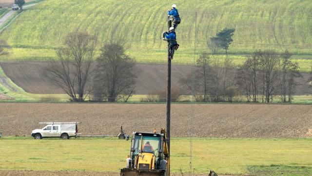 Des techniciens installent une ligne électrique à Güssing, en Autriche, le 17 novembre 2015 [JOE KLAMAR / AFP]