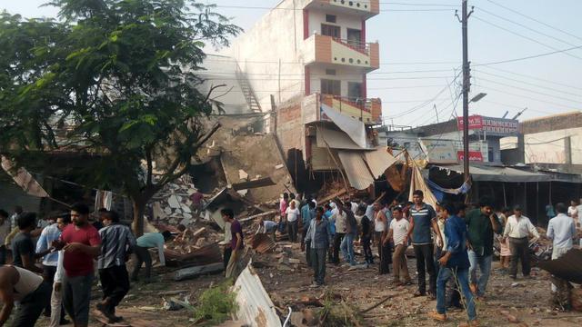Des habitants sur les lieux d'une explosion d'une bonbonne de gaz dans un restaurant, le 12 septembre 2015 dans le district de Jhabua, dans l'Etat du Madhya Pradesh, en Inde [ / AFP]