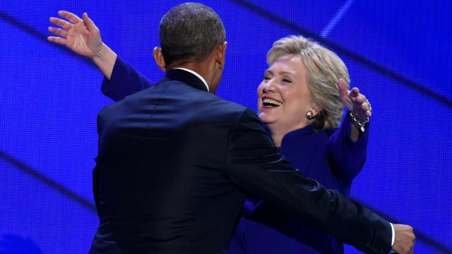 Barack Obama et Hillary Clinton lors de la convention démocrate le 28 juillet 2016 à Philadelphie [SAUL LOEB / AFP]