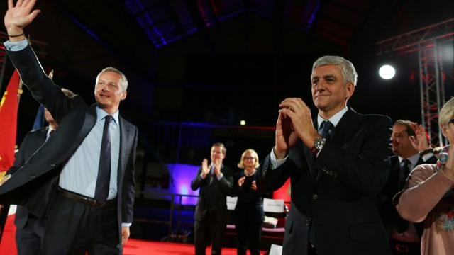 -Bruno Le Maire (LR) et Hervé Morin (Nouveau Centre) en campagne pour les régionales le 1er décembre 2015 à Evreux   [CHARLY TRIBALLEAU / AFP]