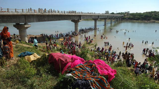 Des pèlerins se baignent dans la rivière Sindh près du pont où s'est produite une bousculade meurtrière, le 14 octobre à Ratangarh, en Inde [Sajjad Hussain / AFP]