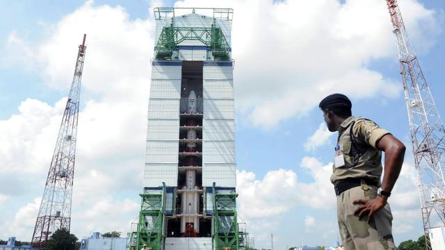 Un garde de sécurité indiens surveille la fusée portant un satellite, le 30 octobre 2013 [ / AFP/Archives]