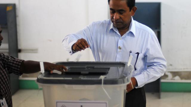 Abdulla Yameen dépose son bulletin de vote, le 16 novembre 2013 [Adam Sireii / AFP]