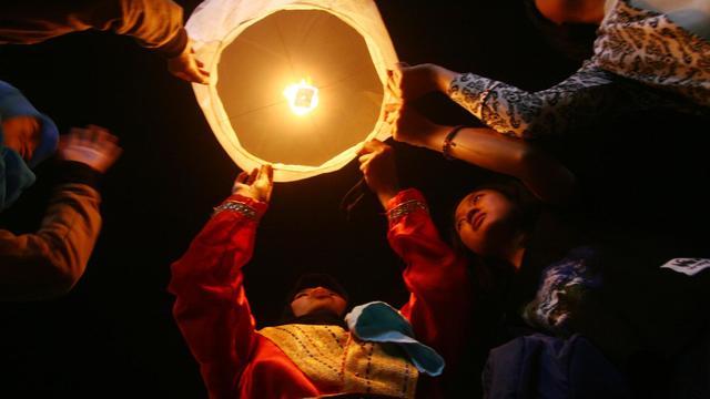 """Des Indonésiens allument des lanternes pour participer à l'opération """"Une heure pour la planète"""", à Malang, dans l'est de Java, le 29 mars 2014 [Aman Rochman / AFP]"""
