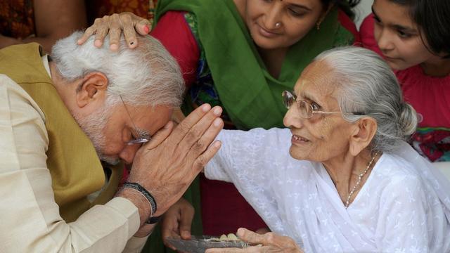 Le Premier ministre élu de l'Inde, Narendra Modi, est béni par sa mère Hira Ba à Gandhinagar le 16 mai 2014 [Indranil Mukherjee / AFP]