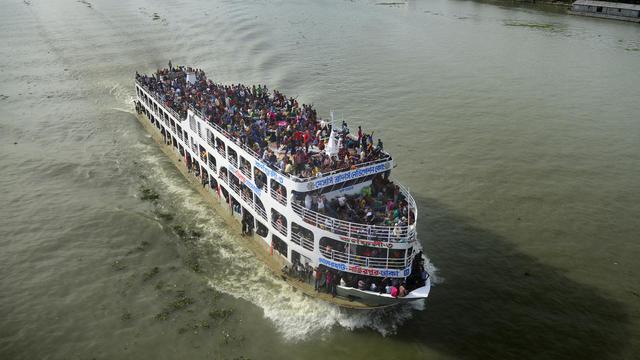 Un ferry surchargé près de Dacca, au Bangladesh [Munir Uz Zaman / AFP/Archives]