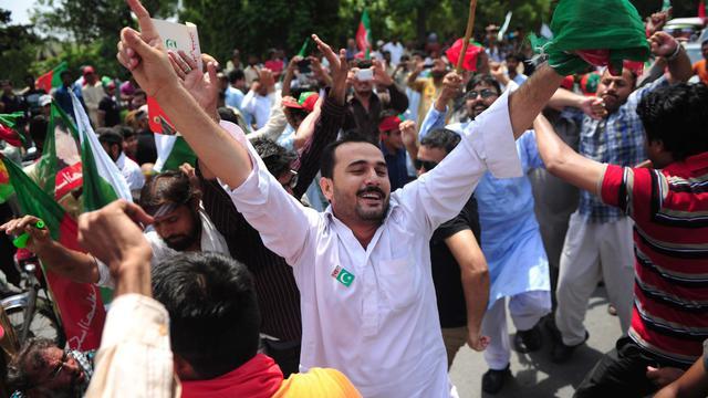 Les soutiens de l'ancien joueur de cricket qui s'est lancé dans la politique Imran Khan se rassemblent devant son domicile le 14 aout 2014 avant une manifestation anti-gouvernementale à Lahore  [Asif Hassan / AFP]
