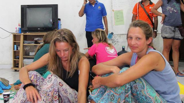 Des survivantes du naufrage d'un bateau de tourisme après leur sauvetage le 17 août 2014 à Bima dans l'est de l'archipel indonésien [Andy Amaldan / AFP]