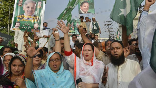 Des partisans du parti de Nawaz Sharif, le Premier ministre pakistanais, manifestent contre la fronde menée par les opposants Imran Khan et Tahir-ul-Qadri, le 22 août 2014 à Lahore [Arif Ali / AFP]
