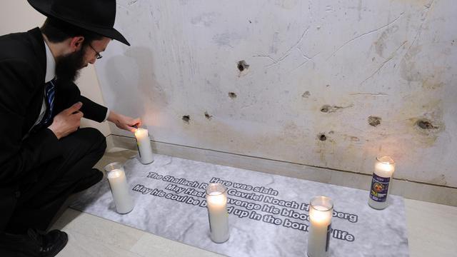 Le nouveau directeur de la maison Chabad le rabbin Israël Kozlovsky allume des bougies dans le nouveau centre inauguré mardi 26 août 2014 à Bombay [INDRANIL MUKHERJEE / AFP]