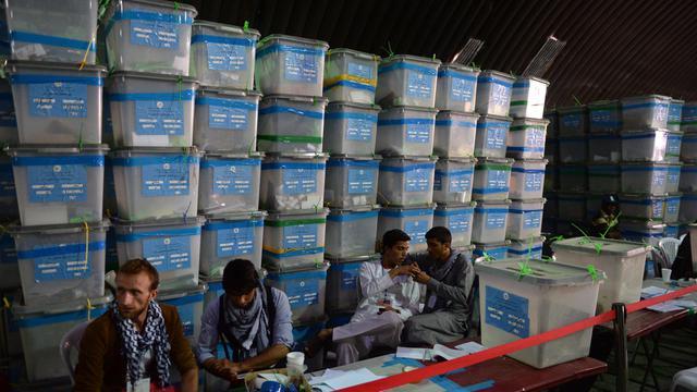 Des membres de la commission électorale afghane attendent de reprendre l'audit du scrutin de l'élection présidentielle, dans un centre de comptage à Kaboul, le 27 août 2014 [Shah Marai / AFP]