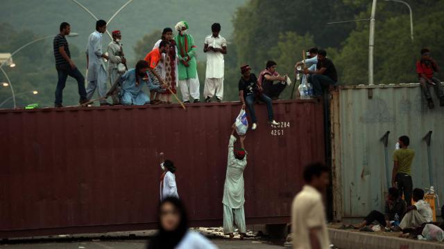 Des partisans des opposants Imran Khan et Tahir ul-Qadri, près de la résidence du Premier ministre pakistanais Nawaz Sharif, le 31 août 2014 à Islamabad [Farooq Naeem / AFP]