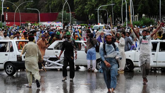 Des manifestants antigouvernementaux lors de heurts avec la police près de la résidence du Premier ministre, le 1er septembre 2014 à Islamabad [Asif Hassan / AFP]