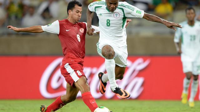 L'attaquant nigérian Brown Ideye (D) à la lutte avec le défenseur tahitien Stéphane Faatiarau le 17 juin 2013 à Belo Horizonte, au Brésil  [EITAN ABRAMOVICH / AFP]