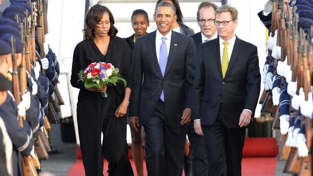 Michelle et Barack Obama accueillis par le ministre allemand des Affaires étrangères le 18 juin 2013 à leur arrivée à l'aéroport de Berlin [Odd  Andersen  / AFP Photo]