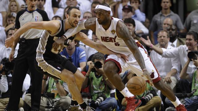 Le Bron James (d) des Miami Heat est à la lutte avec Manu Ginobili  des San Antonio Spurs, en match 6 de finale de NBA, le 18 juin 2013  à Miami  [Brendan Smialowski / AFP]