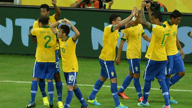 Les Brésiliens célèbrent leur victoire sur le Mexique lors du deuxième match du groupe A de la Coupe des Confédérations à Fortaleza, le 19 juin 2013 [VANDERLEI ALMEIDA / AFP Photo]