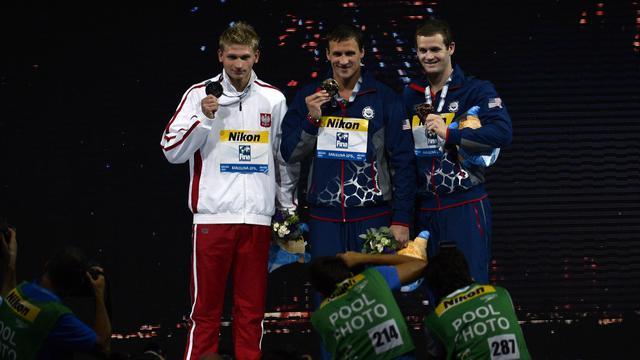 Le podium du 200 m dos masculin: l'Américain Ryan Lochte en or, le Polonais Radoslaw Kawecki en argent, l'Américain Tyler Clary en bronze, lors des Championnats du monde le 2 août 2013 à Barcelone. [Pierre-Philippe Marcou / AFP Photo]