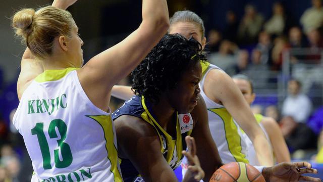 Isabelle Yacoubou (C) sous le maillot du Fenerbahçe Istanbul, contre l'UE Sopron durant une rencontre de l'Euroligue, le 22 janvier 2014 en Hongrie [ / AFP/Archives]