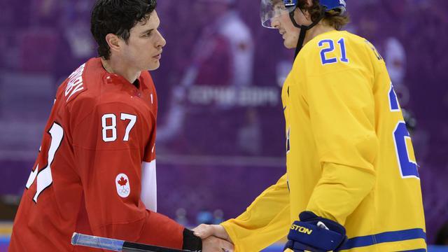Le Canadien Sidney Crosby (à gauche) serre la main du Suédois Loui Eriksson après la finale hommes de hockey sur glace aux Jeux Olympiques d'hiver de Sotchi, le 23 février 2014 à Sotchi [Jonathan Nackstrand / AFP]