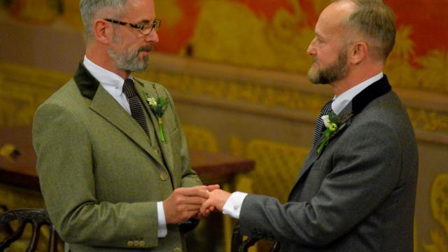 Andrew Wale et Neil Allard échangent leurs alliance lors de leur mariage célébré le 29 mars 2014 à Brighton [Leon Neal / AFP]