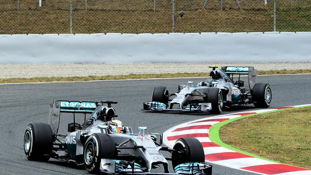 La monoplace Mercedes-AMG pilotée par le Britannique Lewis Hamilton, suivie par son coéquipier Nico Rosberg au GP d'Espagne, sur le circuit de Montmelo, près de Barcelone, le 11 mai 2014 [Tom Gandolfini / AFP/Archives]