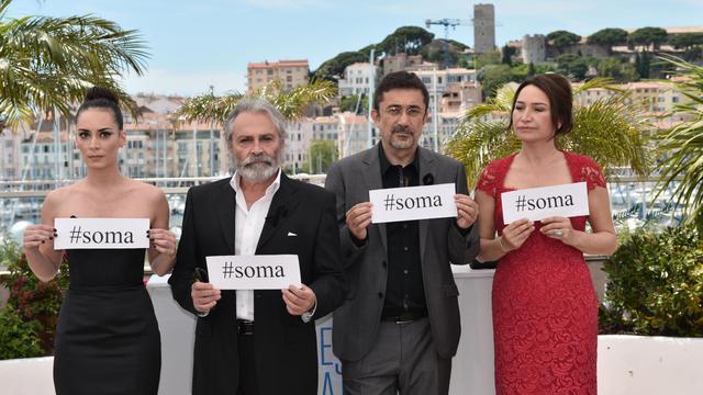 Hors écran, certains réalisateurs présents à Cannes ont dénoncé à leur façon le pouvoir de l'argent, comme l'équipe du film turc Winter Sleep qui a appelé le 16 mai 2014 à la solidarité envers les proches des 300 mineurs de Soma tués dans une explosion [Bertrand Langlois / AFP/Archives]
