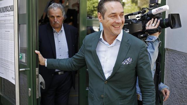 Heinz-Christian Strache, dirigeant du FPO, quitte son bureau de vote de Vienne le 25 mai 2014 [Dieter Nagl / AFP]