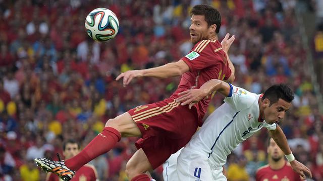 Le milieu espagnol Xabi Alonso face au défenseur chilien Mauricio Isla lors du Mondial, le 18 juin 2014 à Rio [Gabriel Bouys / AFP]