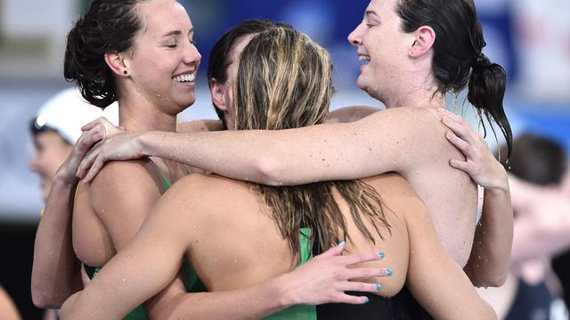 Les Australiennes Bronte Campbell, Melanie Schlanger, Emma McKeon et Cate Campbell célèbrent leur médaille d'or et leur record du monde au relais 4x100 m nage libre, le 24 juillet 2014 en finale des Jeux du Commonwealth à Glasgow [Andrej Isakovic / AFP]