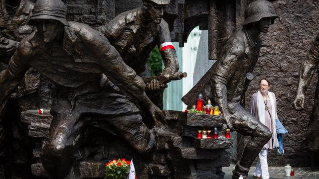 Une femme lors d'un hommage aux insurgés de Varsovie, 70 ans après le soulèvement contre les nazis, le 1er août 2014 dans la capitale polonaise  [Wojtek Radwanski / AFP]