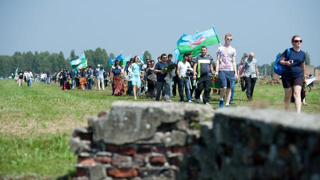 Hommage aux Roms victimes du génocide commis par l'Allemagne nazie sur les lieux de l'ancien camp de concentration d'Auschwitz-Birkenau, à Oswiecim en Pologne, le 2 août 2014 [Bartosz Siedlik / AFP]