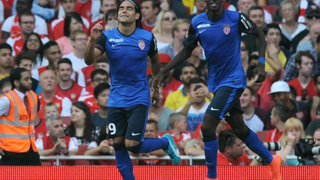 L'attaquant colombien Radamel Falcao (g) après son but pour Monaco face à Arsenal, le 3 août 2014 à l'Emirates Stadium [Olly Greenwood / AFP]