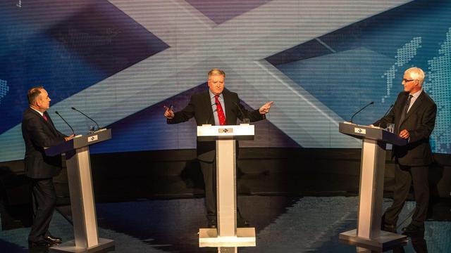 Débat entre les dirigeants des deux camps du référendum sur l'Ecosse mardi 5 aout 2014 à Glasgow: le Premier ministre ecossais, partisan de l'indépendance Alex Salmond (g) face à Alistair Darling (d), qui défend le maintien dans le Royamue Uni  [Peter Devlin / Pool/AFP]