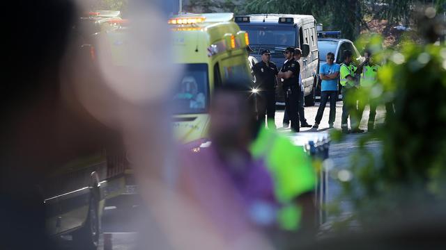 La police à l'arrivée d'une ambulance transportant le prêtre espagnol infecté par Ebola, Miguel Pajares Martin, transféré à l'hôpital Carlos III à Madrid le 7 aout 2014  [Cesar Manso / AFP]