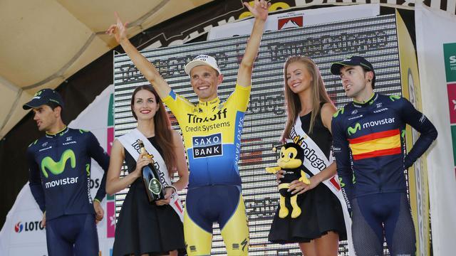 Le Polonais Rafal Majka vainqueur de la 6e étape du Tour de Pologne et maillot jaune de l'épreuve, sur le podium entre les Espagnlos Benat Intxausti et Jon Izaguirre, respectivement 2e et 3e de l'étape, le 8 août 2014 à Bukiwina Tatrzanska. [Ilario Blondi / AFP]